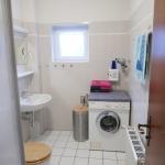 Dusche und WC mit Münz-Waschmaschine