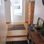 Flur zur Küche und Wohn-/Essbereich 13-26-09