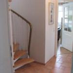 Flur mit Treppe zum Dachgeschoss und Blick auf Wohnbereich 35-26-06