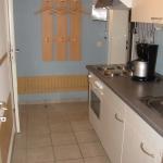 Küchenzeile mit Blick zu Eingangsbereich 10-19-412