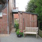 Sitzplatz vorm Haus 21-32a-03
